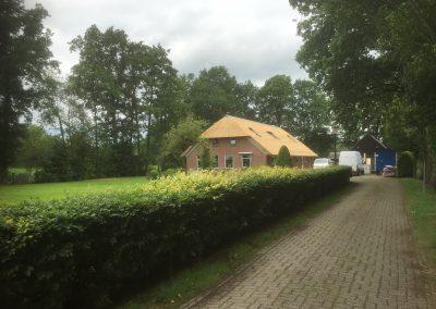 Oprit naar huis met rieten dak