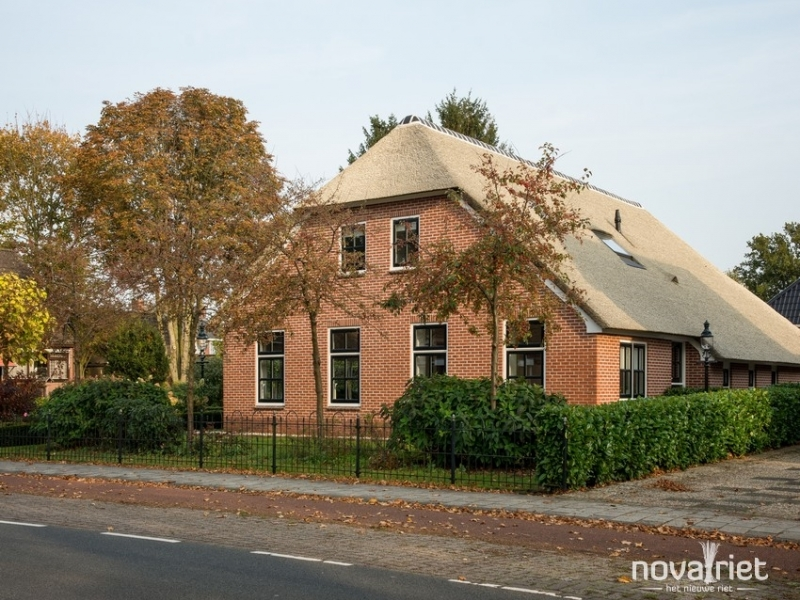 groot huis met rieten dak