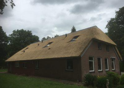 vrijstaand huis met rieten dak