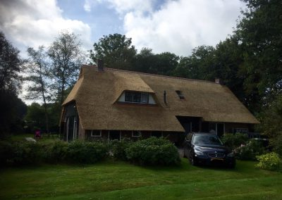huis met rieten dak grote tuin