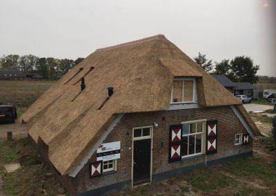 vrijstaand huis vooraanzicht rieten dak